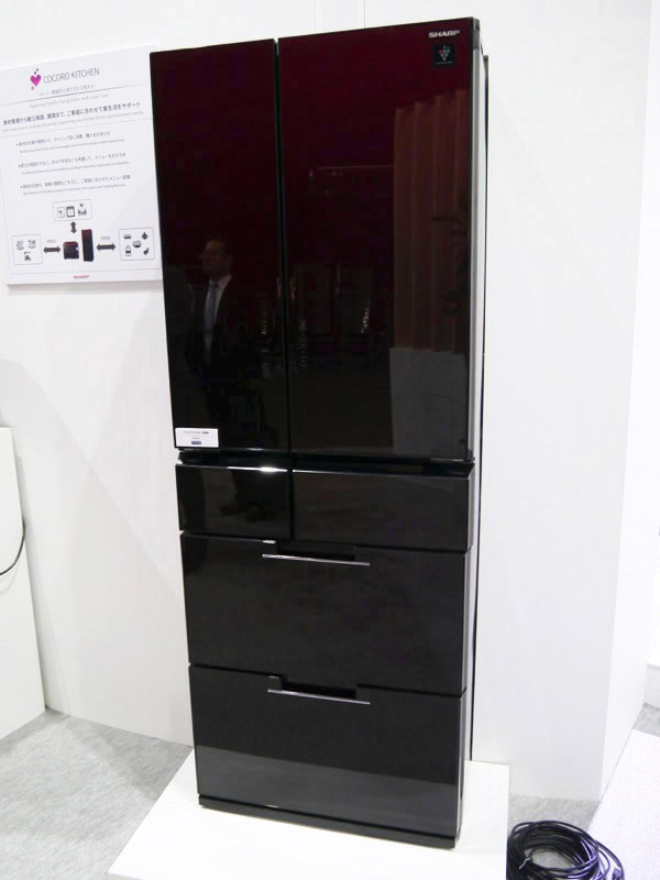 音声で対話できるほか、ヘルシオとも連動した冷蔵庫。参考展示であり、発売は来年の予定