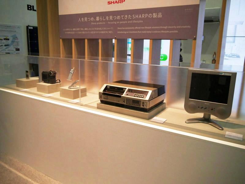 「Be Original」を具現化してきたエポックメイキングな製品を展示。奈良県天理市のシャープミュージアムの展示品を運び込んだ