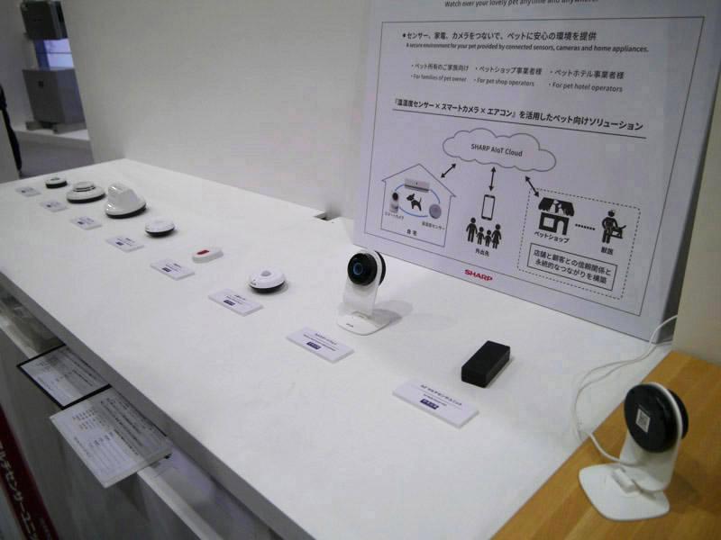 見守りサービス以外にも利用できるセンサー類を数多く展示してみせた