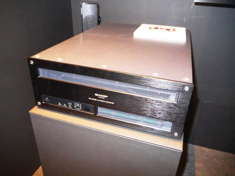 世界初の8K対応受信機でスーパーハイビジョン画像を22.2chで視聴するデモも