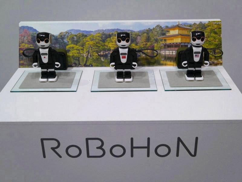 ロボホンは接客、観光案内、見守りの3つのソリューションを展示