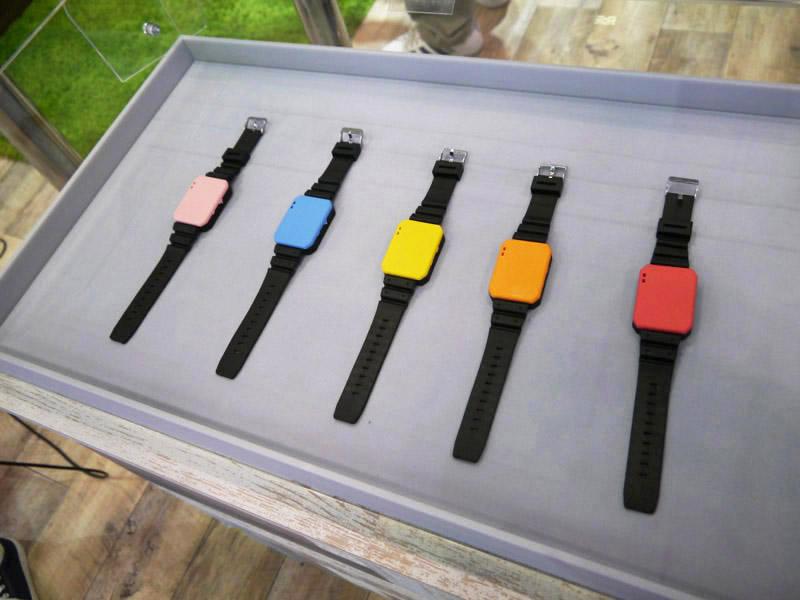 様々な色の時計を用意するとそれぞれの色に変わる