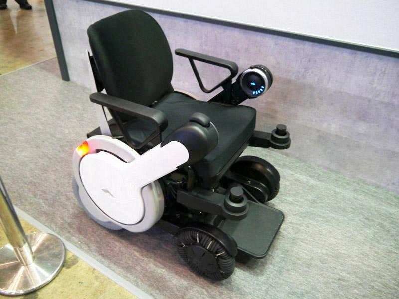 次世代車椅子。センシング技術を活用して障害物を回避する