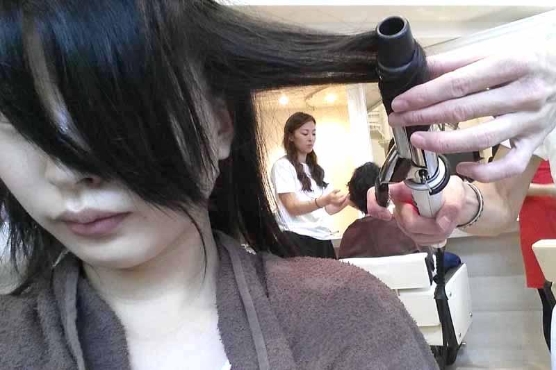 ブローが終わったらヘアアイロンで髪を巻いていく
