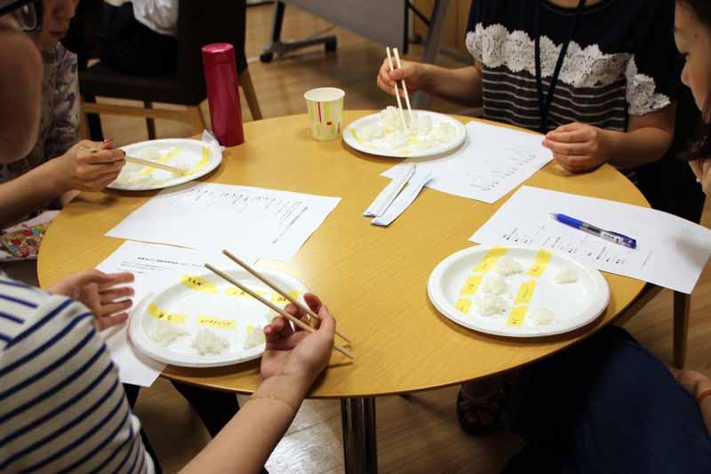 食べくらべは社内で開催。約50人が参加し、食感などについてアンケートに協力してもらった