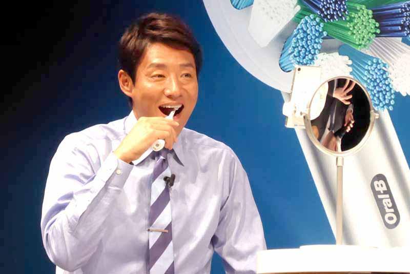 「前モデルよりも軽くなり、磨きやすくなっています」と松岡さん。当日は実際に2分間の歯磨きを行っていた
