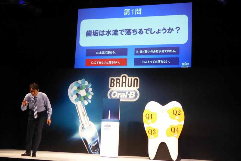 松岡さんが新製品のアンバサダー就任をかけて歯垢クイズバトルに挑戦し、見事に全問正解。特製白衣を着用して抱負を披露した