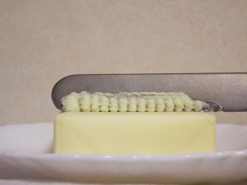 そのまま薄く削るようにナイフを手前に滑らせて……