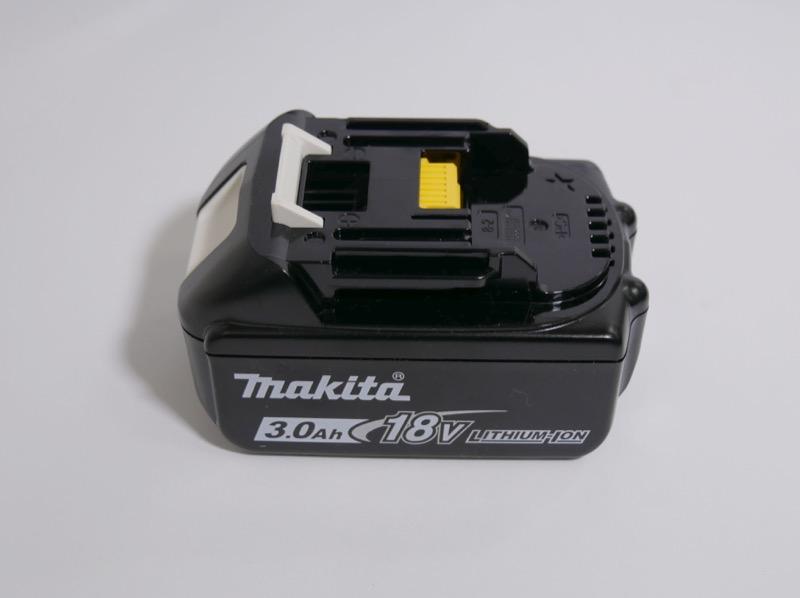 専用バッテリーは別途購入。容量3.0AhのBL1830を選んだ