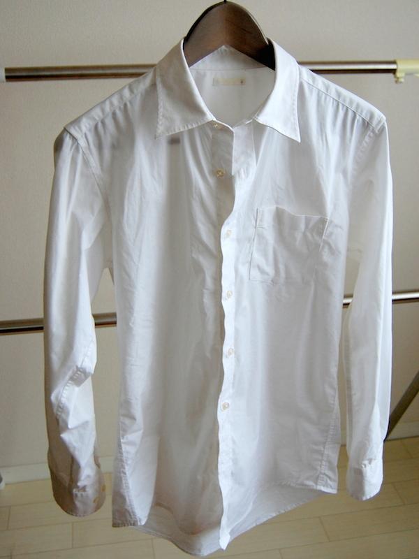 コットン100%のシャツ。アイロンがけなしでは着られないほどヨレヨレだ