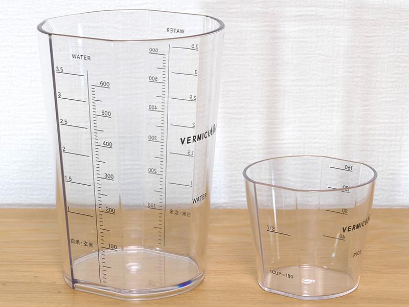 付属の米用(右)と水用の計量カップが付属する