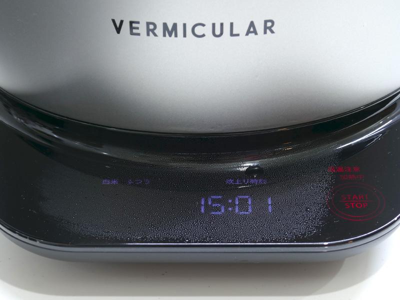 蒸気は下にも向かって出てくる。操作パネルはフラットなので、汚れても調理後に拭き取ればいい