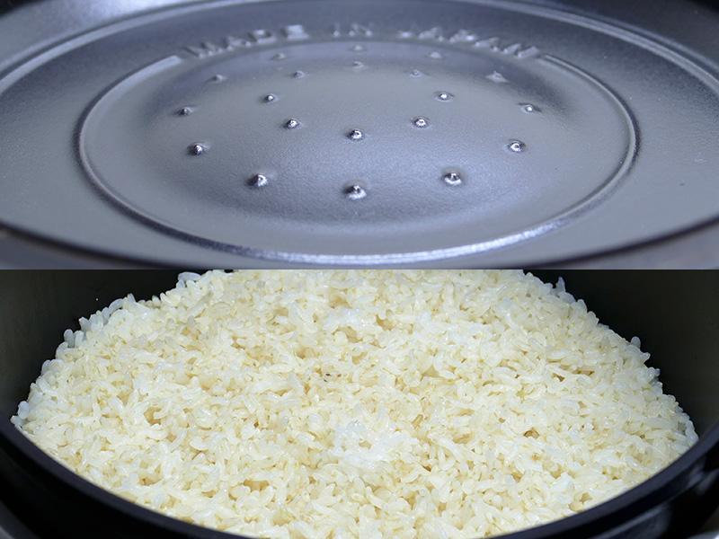 玄米を炊いた時、フタの内側の凹みと突起が、水滴によるべちゃつきを抑えている様子がハッキリとわかった。水滴が落ちた所は玄米がうっすら白っぽくなっているのがわかるが、御飯を大きく混ぜてしまえばそれはもうわからない