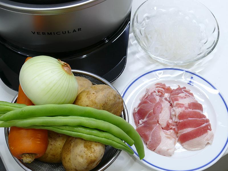 肉じゃがも無水調理でできてしまう。材料はレシピに沿って揃えた