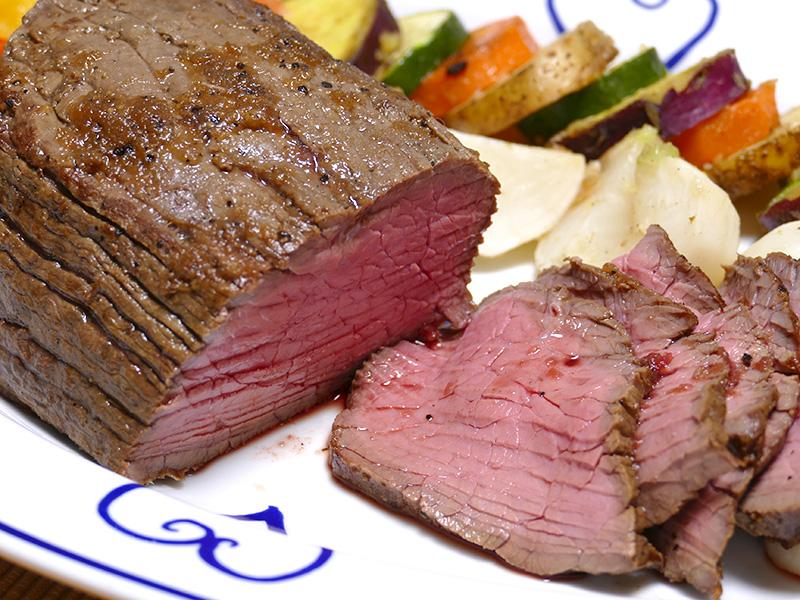 初めてなのに大成功! スライスすると肉汁が滴り落ちるローストビーフは、柔らかく美味しい(よく切れる包丁が欲しい)