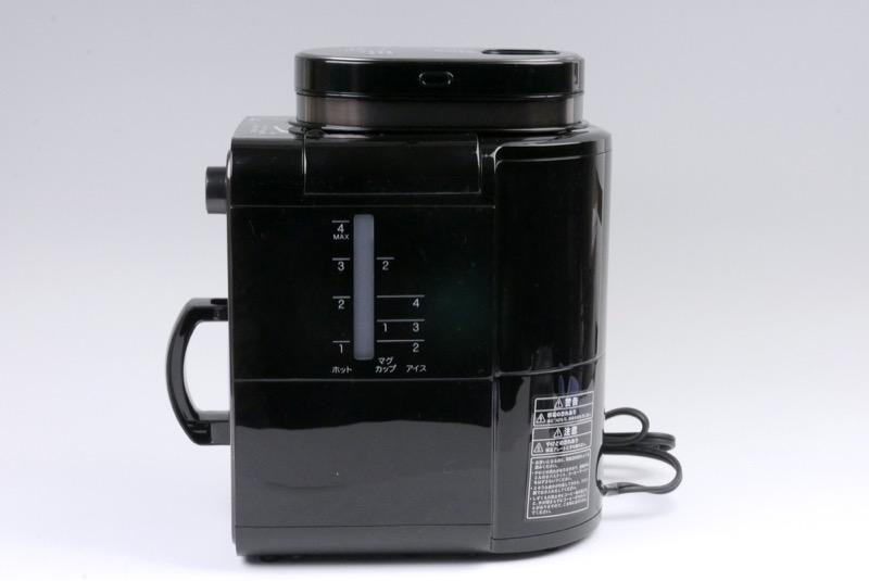側面には給水タンクの目盛り。アイスコーヒー用の目盛りもあります