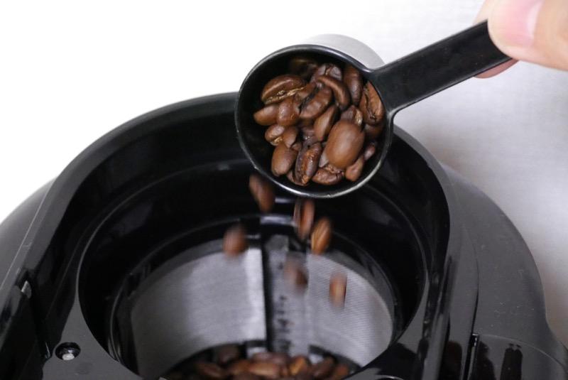 コーヒー豆をミルの中へ。中細挽きになります