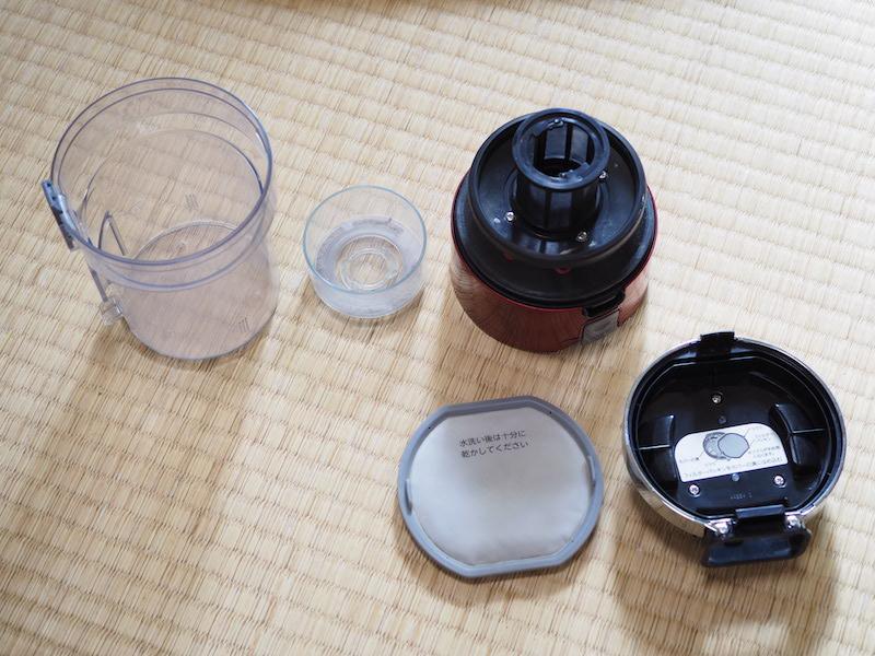 メンテナンス時には、ダストカップのパーツは5つに分離できる。この全パーツが水洗い可能だ