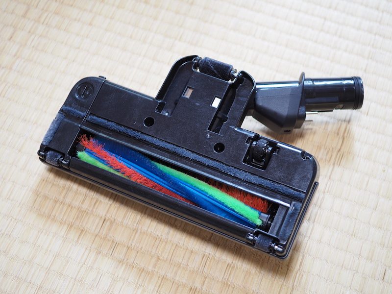 電源を入れるとブラシが回転。床から離れると自動で停止する