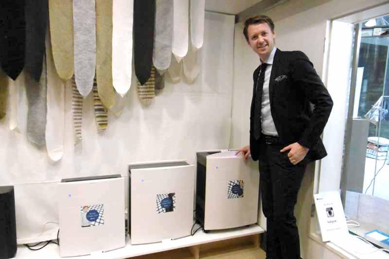 6年ぶりにリニューアルした「Blueair Classic」3タイプと、ブルーエア アジア・セールスディレクターのヨナス・ホルスト氏