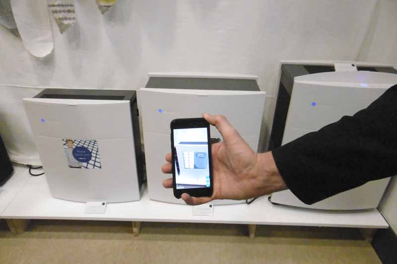 ARステッカー。専用のアプリかざすと、空気清浄機の動作状況がリアルタイムで見れる。日本では未配布