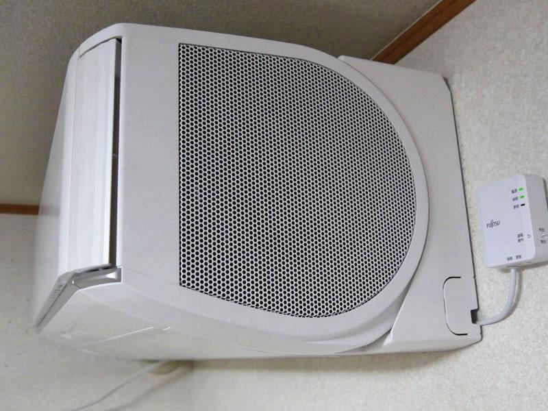 サイドファンの吸気口はホコリが溜まるが、やわらかい布でサッと拭くだけで取れる。フラップも大きく、ふきやすい。