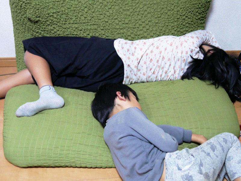 「寒い」と子どもが騒いでいた去年までが嘘のよう。床でお昼寝なんてとてもできる状態ではなかったが、学校から帰ると寝てしまうように。足元ポカポカ!