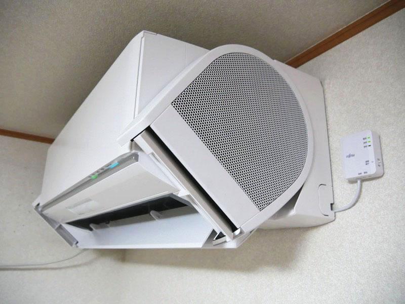左が暖房使用時。フラップが下向きになり、暖かい風が下に向かう。右が冷房使用時。冷房時はフラップが上向きになる