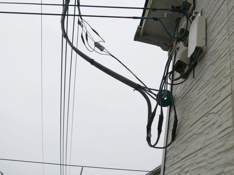 分電盤に3本の線、または子ブレーカーが上下にあれば問題ナシ。電線からは3本のケーブルがつながっている