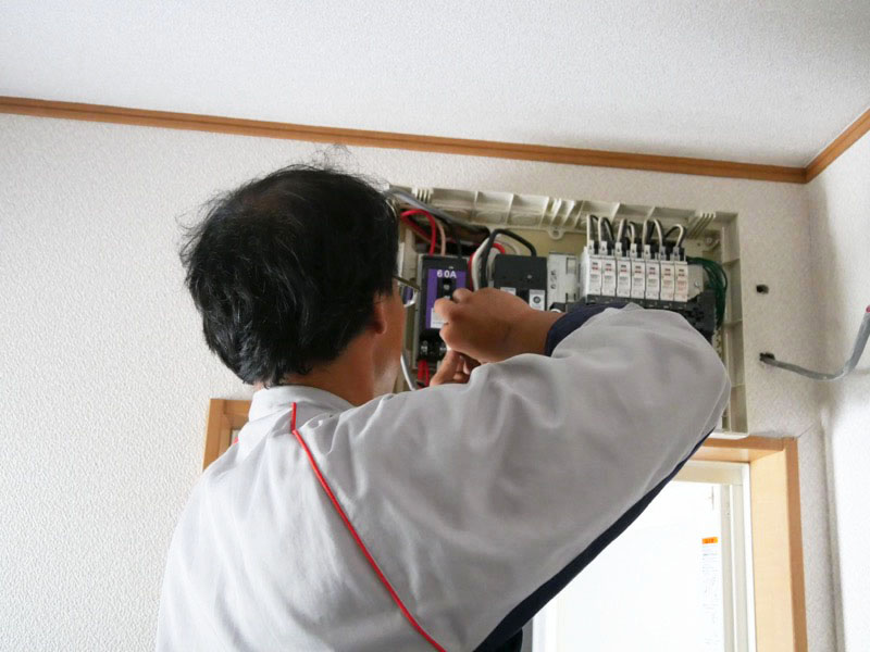 分電盤の中にケーブルを新たに接続する