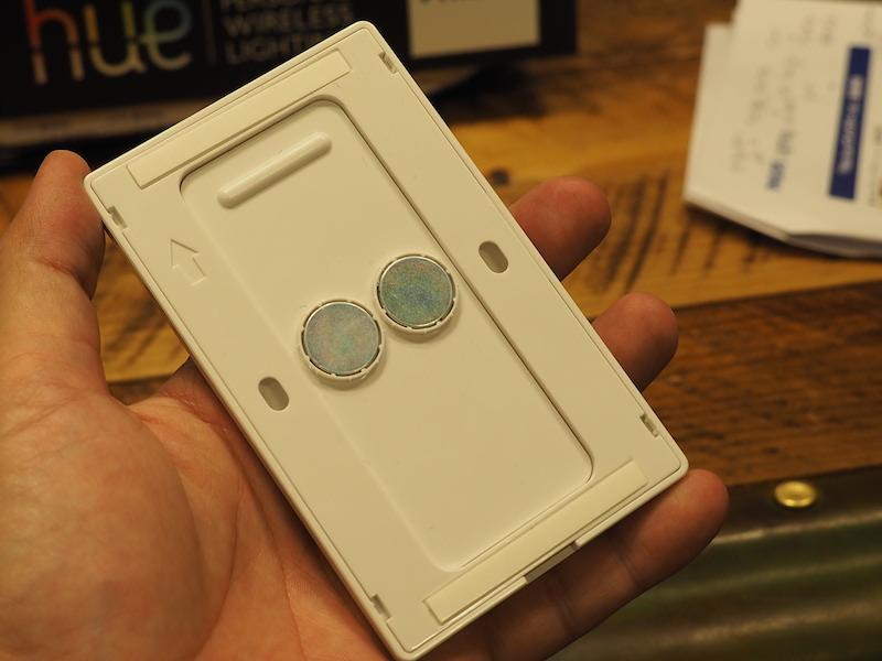 ソケットの裏側。釘や両面テープのほか、マグネットでも壁に取付可能