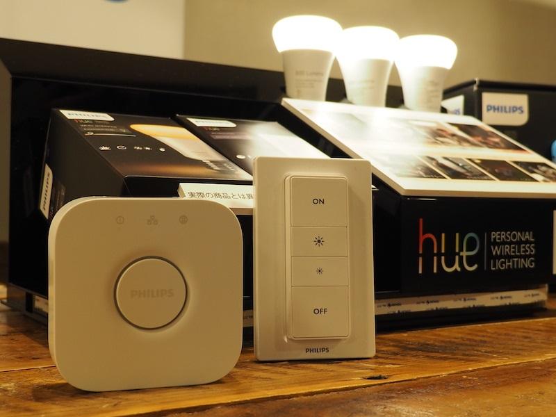 「Philips Hue ホワイトグラデーション スターターセット」。ランプ2つとスイッチ、ブリッジ、LANケーブルなどが同梱