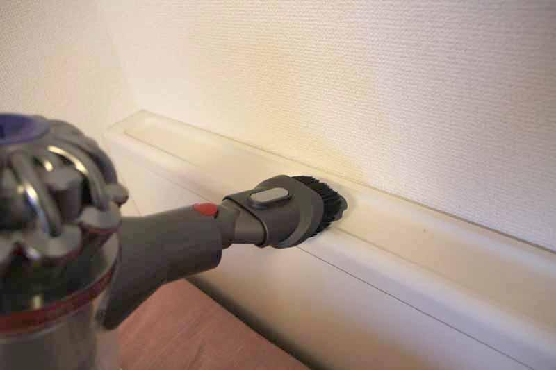 コンビネーションノズルは、用途によってブラシを出したり引っ込めたりできる。棚の掃除に便利