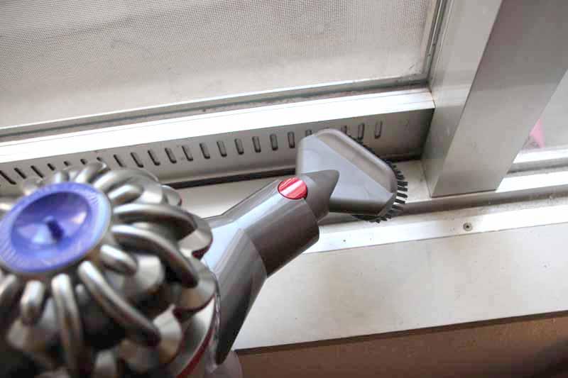 ハードブラシツールはこびりついた頑固な汚れに。水滴とホコリでベタベタになった窓際も、ゴシゴシとこするように使ってスッキリ