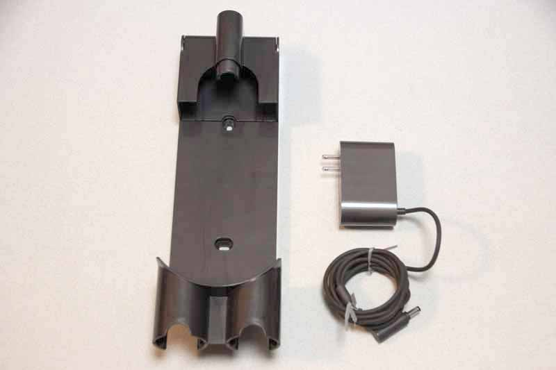 収納用ブラケットと充電ケーブル。ブラケットは壁に取り付けて使う