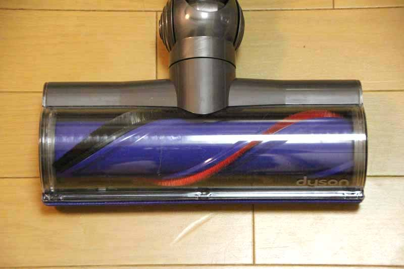 ダイレクトドライブクリーナーヘッドを採用。カーペットやラグ向きだが、フローリングも掃除できる