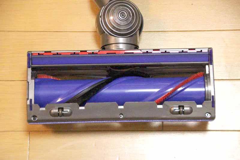 固いナイロンブラシ(赤)と、ソフトなカーボンファイバーブラシ(黒)を備える
