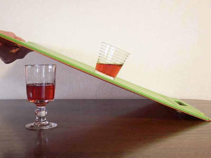 ノンスリップ仕様で、滑りにくいのも特徴。ガラスのコップにワインを入れて試してみたら、このくらいまで大丈夫でした。載せるものの材質・重さによって違いがありますが、結構、がんばっていますね
