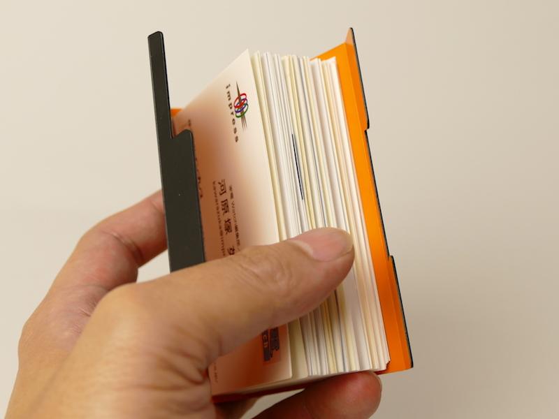 手帳のページをめくるように、パラパラと名刺をめくれる