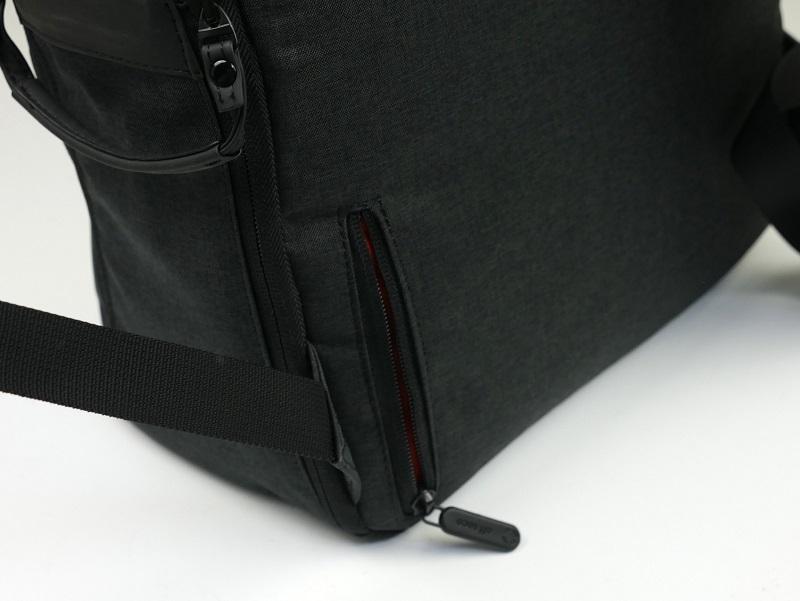 背中側にはレンズキャップを入れておけるファスナー付きのポケットも