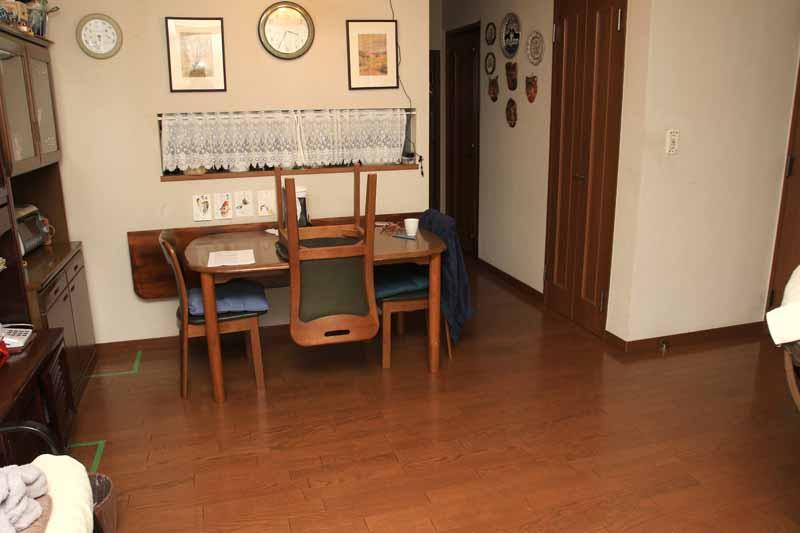 壁際にダイニングテーブルがある場合は、壁から25cmほど離したり、イスを1脚だけ机の上に置いてやると、迷路にハマりにくくなる