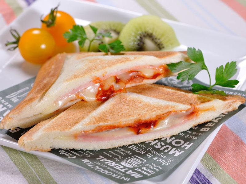 ハムチーズや小倉トーストなどのレシピが掲載された「簡単レシピ」を同梱する