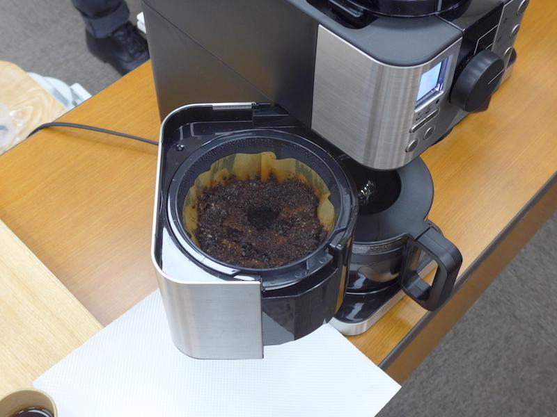 ドリッパーと同じ角度で注ぎ込む「斜めシャワー方式」により、コーヒーにまんべんなく、お湯を浸透させられる