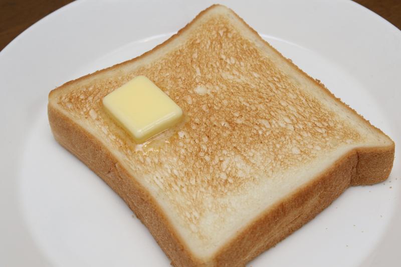 焼き色3(ふつう)。標準的なトースト。この焼きムラのなさは、喫茶店で出てくるぐらいの完成度