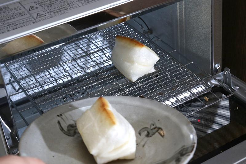 普通のオーブントースターは、お餅を焼いた後網を洗うのが面倒なのだが、パナソニックのオーブンはくっ付かない!