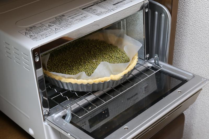 生地の上に乗せる重りがなかったので、手近な豆で代用(笑)