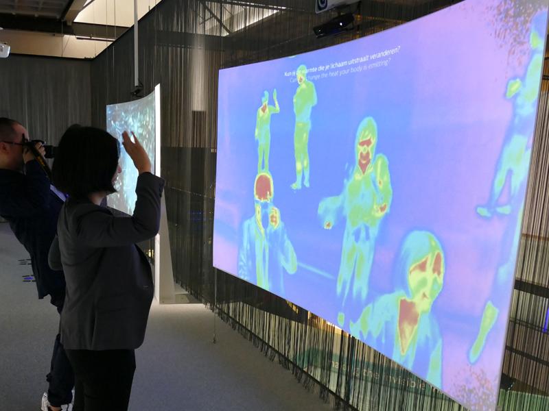 未来の技術を展示したコーナー。こちらは前に立つだけでその人の体温が表示されるモニター