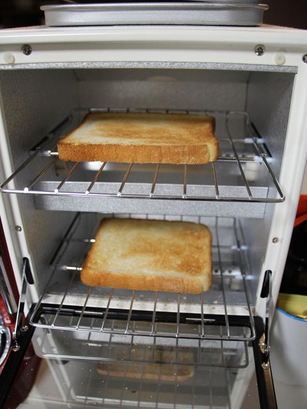 食パン2枚を焼いたところ。1,000Wで3分がちょうど良かった