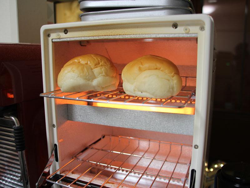 ロールパンは上ヒーターを切って、真ん中のヒーターだけで加熱すると焦げない