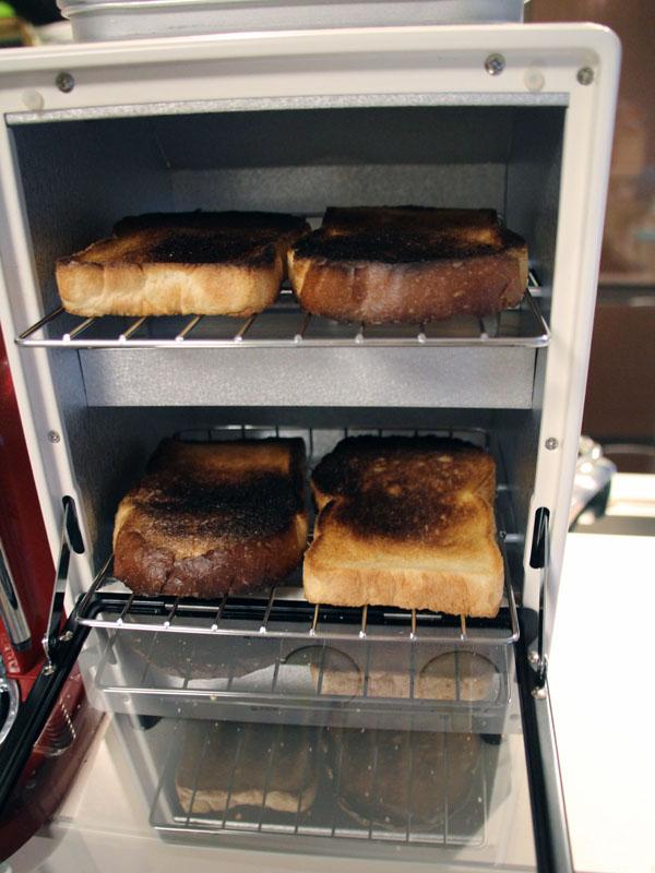 小ぶりのイギリスパンを4枚一度に焼いた。1,000Wで5分焼いたら、あっという間に真っ黒になってしまった